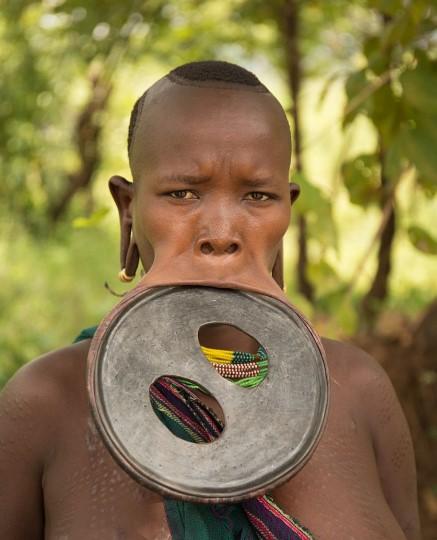 Огромная нижняя губа девушки из Эфиопии